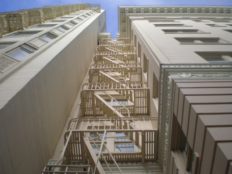 Cầu thang thoát hiểm bên ngoài căn hộ chung cư